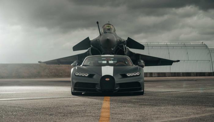 بالفيديو.. سباق مثير بين سيارة بوجاتي وطائرة رافال.. من ربح؟