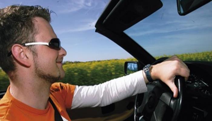 مواصفات النظارة الشمسية المناسبة لقيادة السيارة في الصيف