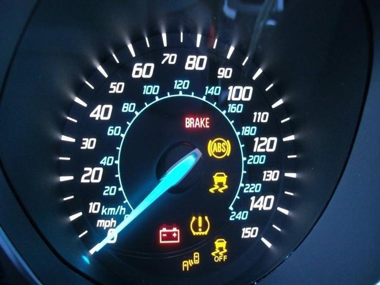 4 لمبات تحذيرية في سيارتك يجب التوقف فوراً عند رؤيتها